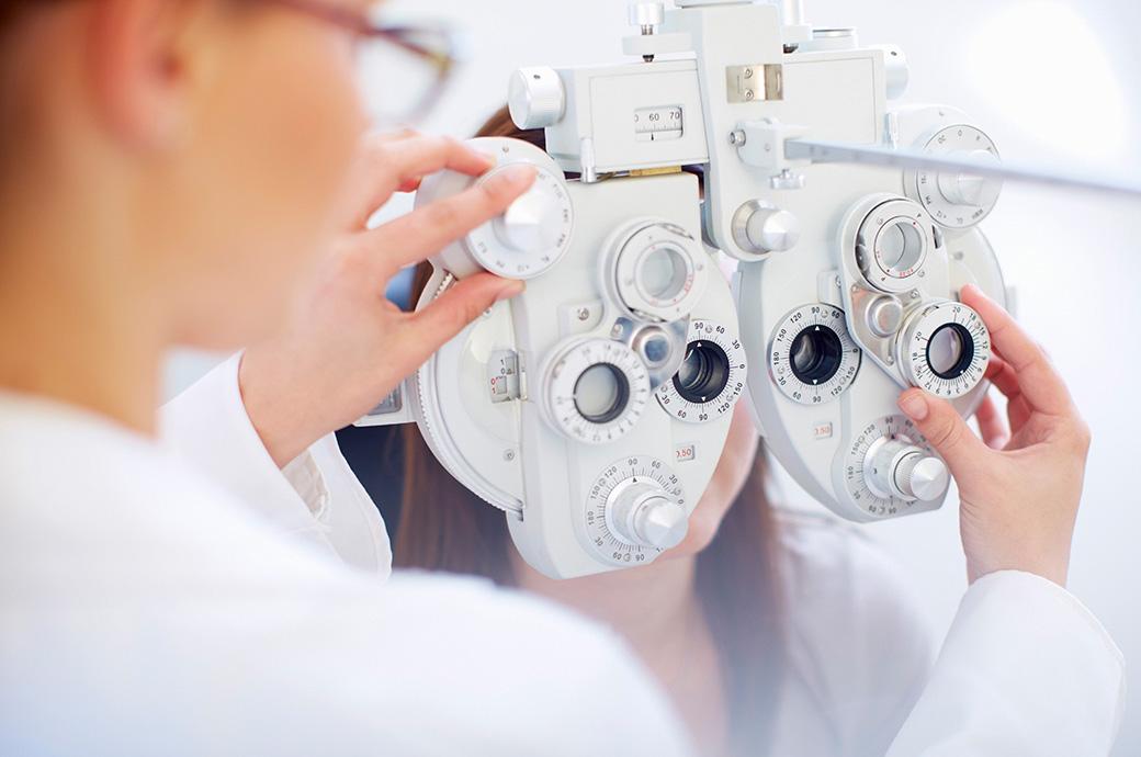 验配隐形眼镜及定期眼检
